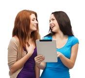 2 усмехаясь подростка с компьютером ПК таблетки Стоковое Изображение RF