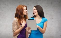 2 усмехаясь подростка с компьютером ПК таблетки Стоковые Изображения