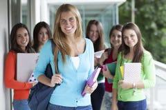 Усмехаясь подростки с ученическими книгами Стоковое фото RF