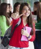 Усмехаясь подростки с ученическими книгами Стоковое Изображение