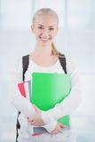 Усмехаясь подростковый студент с папками стоковые изображения rf