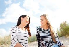 Усмехаясь подруги имея потеху на пляже Стоковая Фотография