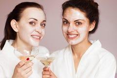Усмехаясь подруги с шампанским в курорте Стоковая Фотография RF