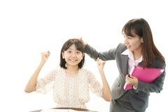 Усмехаясь предназначенная для подростков девушка с учителем стоковая фотография