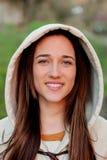 Усмехаясь предназначенная для подростков девушка снаружи Стоковая Фотография RF