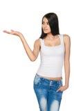 Усмехаясь предназначенный для подростков показ девушки раскрывает ладонь руки с космосом экземпляра Стоковая Фотография RF