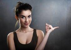 Усмехаясь предназначенный для подростков указывая палец Стоковые Изображения