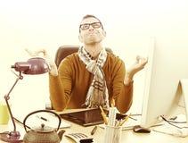 Усмехаясь предприниматель Дзэн размышляя с компьютером и чаем для отражения Стоковые Фото