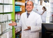 Усмехаясь представлять аптекаря и техника фармации Стоковое фото RF