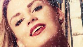 Усмехаясь привлекательные женщины на украшении рождества акции видеоматериалы