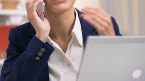 Усмехаясь привлекательный работник офиса беседуя по телефону, имеющ перерыв, коммерсантку сток-видео