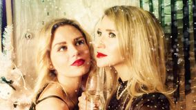 2 усмехаясь привлекательных женщины на украшении рождества сток-видео