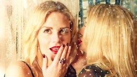 2 усмехаясь привлекательных женщины на украшении рождества видеоматериал