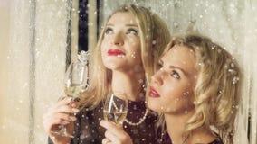 2 усмехаясь привлекательных женщины на украшении рождества акции видеоматериалы