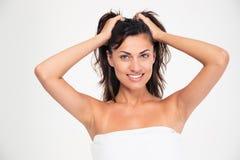 Усмехаясь привлекательная женщина в полотенце стоковое фото rf