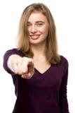 Усмехаясь привлекательная женщина указывая на камеру стоковое фото rf