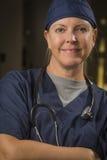 Усмехаясь привлекательный женский портрет доктора или медсестры Стоковое фото RF
