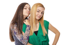 2 усмехаясь привлекательных девочка-подростка - белокурый и брюнет-представлять Стоковые Изображения