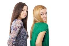 2 усмехаясь привлекательных девочка-подростка - белокурый и брюнет-представлять Стоковая Фотография RF