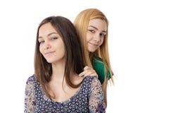 2 усмехаясь привлекательных девочка-подростка - белокурый и брюнет-представлять Стоковое Изображение RF