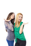 2 усмехаясь привлекательных девочка-подростка - белокурый и брюнет Стоковая Фотография RF