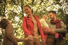 Усмехаясь природа ринва счастливой семьи идя Стоковые Изображения