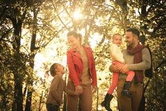 Усмехаясь природа семьи идя На движении Стоковое Фото