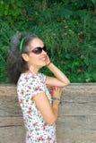 Усмехаясь природа зрелой женщины внешняя стоковые фото
