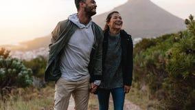 Усмехаясь прогулка пар через след страны Стоковое Изображение