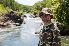 Усмехаясь путешественник готовя реку стоковое изображение