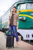 Усмехаясь путешественник женщины Стоковая Фотография RF