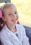 Усмехаясь путешествовать маленькой девочки стоковые фотографии rf