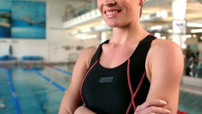 Усмехаясь пловец женщины при пересеченные оружия акции видеоматериалы