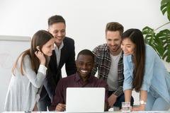 Усмехаясь работа объединяется в команду excited успехом в бизнесе компании на рынке стоковое изображение rf