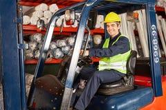 Усмехаясь работник на грузоподъемнике стоковая фотография rf