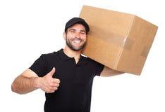 Усмехаясь работник доставляющий покупки на дом давая cardbox Стоковые Изображения RF