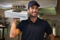 Усмехаясь работник доставляющий покупки на дом пиццы держа 2 коробки пиццы Стоковые Изображения RF