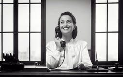 Усмехаясь работник службы рисепшн на работе Стоковое фото RF