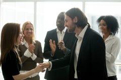 Усмехаясь работник handshaking босса счастливый женский повышая rewardi Стоковое Изображение RF