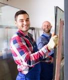 2 усмехаясь рабочего класса на фабрике Стоковые Фото