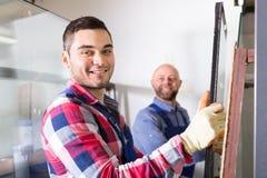 2 усмехаясь рабочего класса на фабрике Стоковые Изображения RF