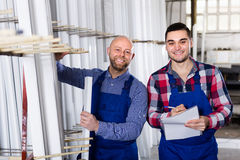 2 усмехаясь рабочего класса на фабрике Стоковое Изображение
