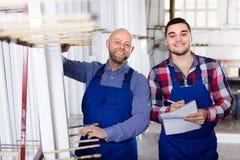 2 усмехаясь рабочего класса на фабрике Стоковые Изображения
