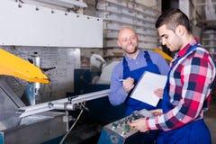 2 усмехаясь рабочего класса на фабрике Стоковое Изображение RF