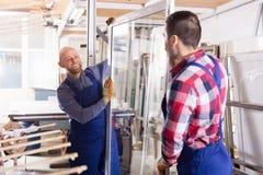 2 усмехаясь рабочего класса на фабрике Стоковая Фотография