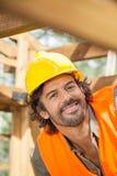 Усмехаясь рабочий-строитель на месте Стоковые Изображения RF
