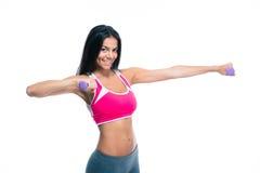 Усмехаясь разминка женщины фитнеса с гантелями Стоковые Фотографии RF