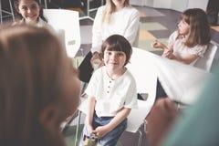 Усмехаясь ребенк размещая в классе Стоковые Изображения