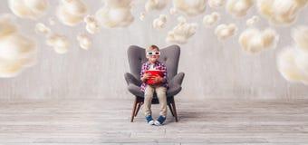 Усмехаясь ребенк с попкорном в стеклах 3d стоковое изображение