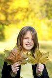 усмехаясь ребенок с листьями осени Стоковые Изображения